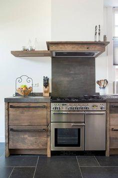 Houten keuken van oud eiken via RestyleXL. Fornuis van Falcon. Foto: Magazine Wonen in landelijke stijl - Fotografie Denise Keus