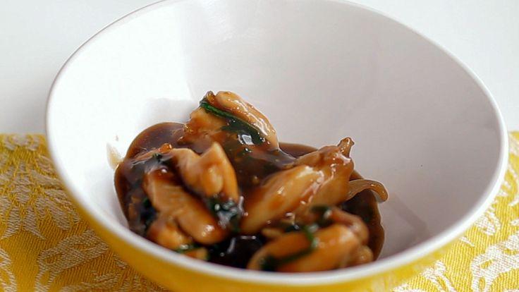 Essa receita de frango teriyaki é uma explosão de sabores.   INGREDIENTES: •500g de coxas de frango •Sal •¼ de xícara de shoyu •¼ de xícara de água •½ colher de sopa de vinagre de arroz •½ xícara de suco de abacaxi •1 dente de alho picado •1 colher de chá de gengibre ralado •2 colher de sopa de amido de milho dissolvida em água •4 colheres de sopa de mel •Cebolinha  MODO DE PREPARO: 1)Refogar o frango. Temperar com sal, gengibre e alho. 2)Adicionar o shoyo, a água, o vinagre e…