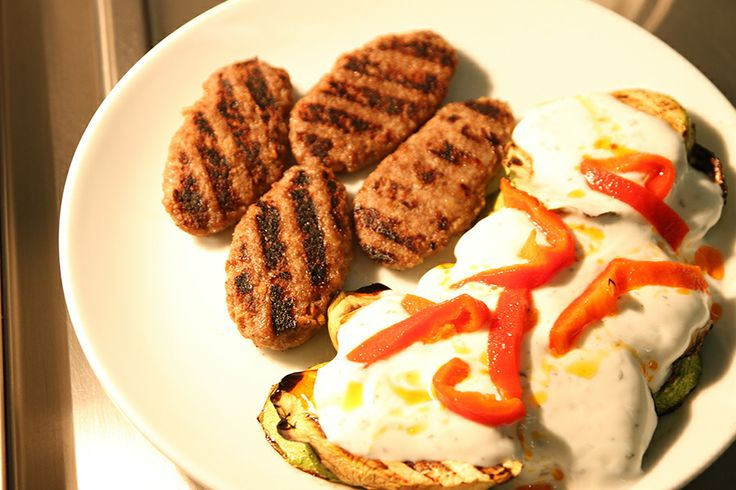 Izgara Köftenin yanında olmazsa olmazın hangisi?  Izgarada pişmiş bol yoğurtlu ve lezzetli sebzeler mi yoksa sıcacık çıtır çıtır patates kızartması mı?  <3 #fastfood #ızgara #köfte #sebze #patates