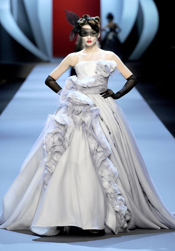 Christian Dior Spring 2011 Couture - Review - Fashion Week - Runway, Fashion Shows and Collections - Vogue - Vogue