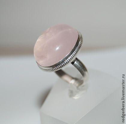 Кольцо `Розовое сияние-2` с природным розовым кварцем. Крупное кольца с натуральным розовым кварцем овальной формы.    Полностью ручная работа, в единственном экземпляре.     Размер 18    Материалы:  Кабошон природного розового кварца 25 х 20 мм,   серебро 925 пробы.