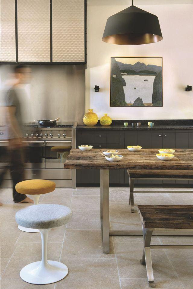 Dans la cuisine en bois peint création cabinet lafourcade au caractère bien trempé