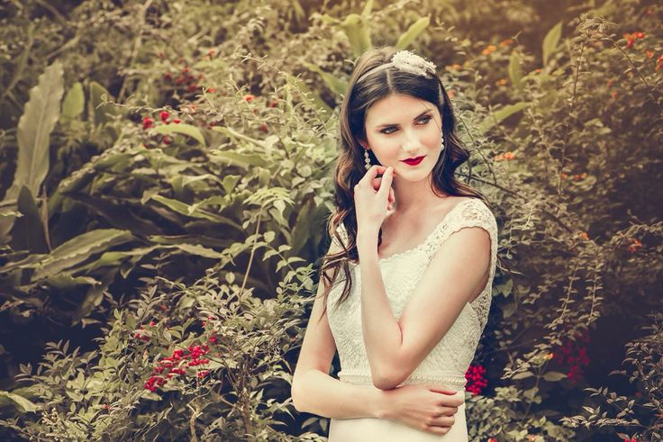 Vestido de estilo bohemio de macramé. #boxinwhite #vestidosdenovia #novias #weddingdress #brides #weddingphotography #weddingstyle #romanticstyle #headpiece #weddingideas #lace #bohochic #bohobride #bohemian #bohemianstyle