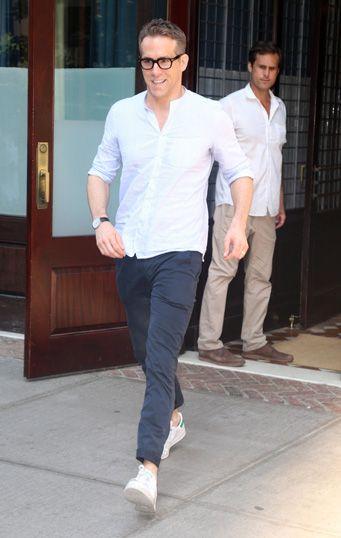 俳優のライアン・レイノルズ。バンドカラーのシャツが涼しげだ。 Photo: FameFlynet / AFLO