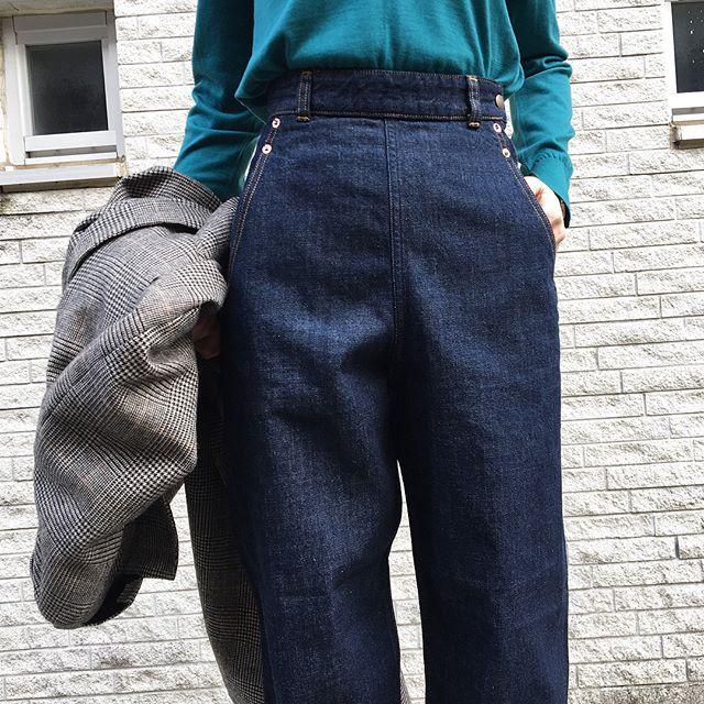 """WEBSTA @redcardtokyo レッドカードから初めて""""ランチパンツ""""が登場‼︎ 男性の作業着としてデニムが普及し始めた第二次大戦頃、女性向にサイドジップ仕様で作られたモデルです👀  太めのストレートですが、ハイウエストで女性らしいウエストラインが見えるのがポイント♡"""