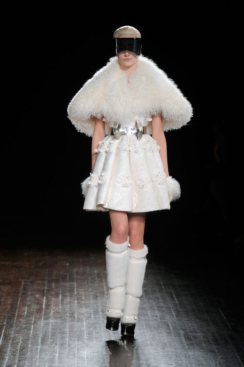 パリファッションウィークで発表された、アレキサンダー・マックイーン(Alexander McQueen)の2012-13年秋冬コレクション。光ファイバーの細かいライトが天井から吊るされた黒の舞台で展...