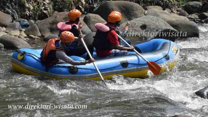 Susur sungai arus kali Ciliwilung di kawasan Puncak Bogor