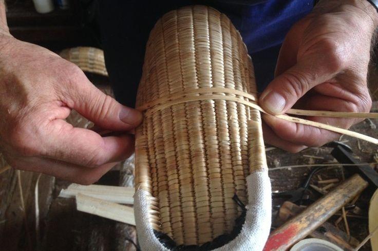 Pierre Gonzalès et son père perpétuent la tradition pour produire ces fameux gants en osier pour jouer à la pelote basque.