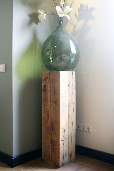 Een sokkel bestaande uit ruwe eikenhout balken met een afmeting van circa 25 x 25 cm. Dit fijn bezaagd ruwe hout geeft een natuurlijke uitstraling aan uw interieur of is te gebruiken als tuindecoratie.