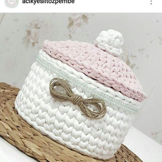 Delicado e lindo . #crochet #croche #handmade #cesto #fiodemalha #feitocomamor #feitoamao #trapilho #totora #knit #knitting #basket #decor #cachepo #decoration #decoracao #artesanato #cestoartesanal #cachepodecroche #cestodecroche  #cestoorganizador #cestocomtampa Por @acikyesiltozpembe