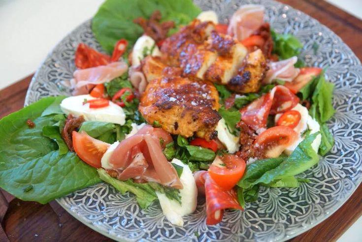 Här kommer ett snabbt, nyttigt och lätt vardagsrecept :)   4 personer  Ingredienser 2-3 st kycklingfiléer Salt & peppar 1 msk sambal oelek 1 st kruka romansallad 1 st kruka basilika...