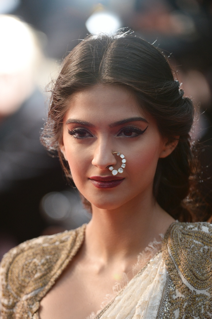 A very dramatic makeup of Sonam Kapoor using L'Or Sunset collection & a diamond studded nose ring at Cannes 2013