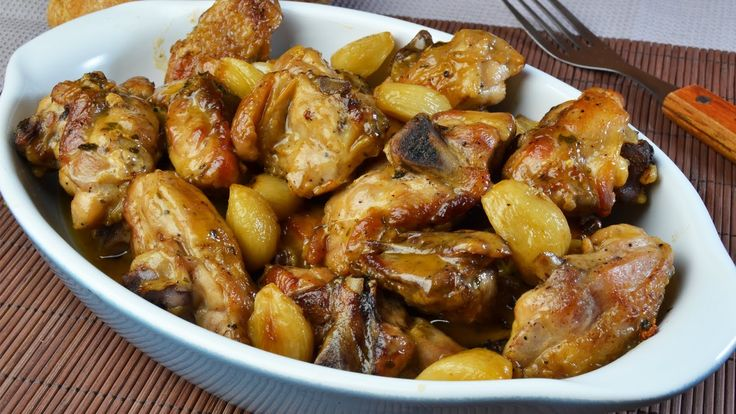 Necesitamos     6 dientes de ajo  150 gramos de aceite de oliva virgen extra  1000 gramos de muslos de pollo con piel  20-30 gramos de ha...