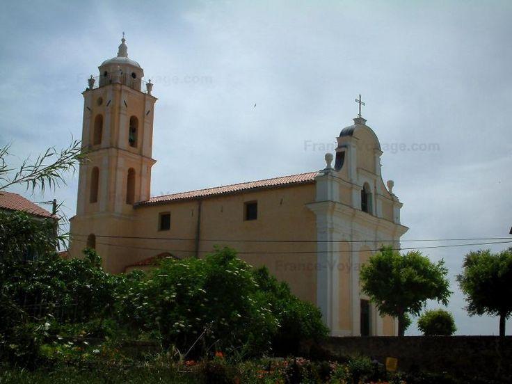 Cargèse: Église latine entourée d'arbres et de fleurs - France-Voyage.com