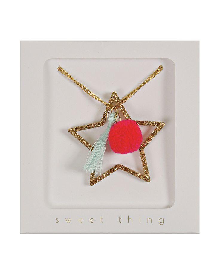 *Twinkle little star * Een glinsterende ster omhuld met gouden glitters, rood pom pom accent en lichtgroene tassel. Inhoud : 1 goudkleurige ketting, lengte ketting : 61 cm