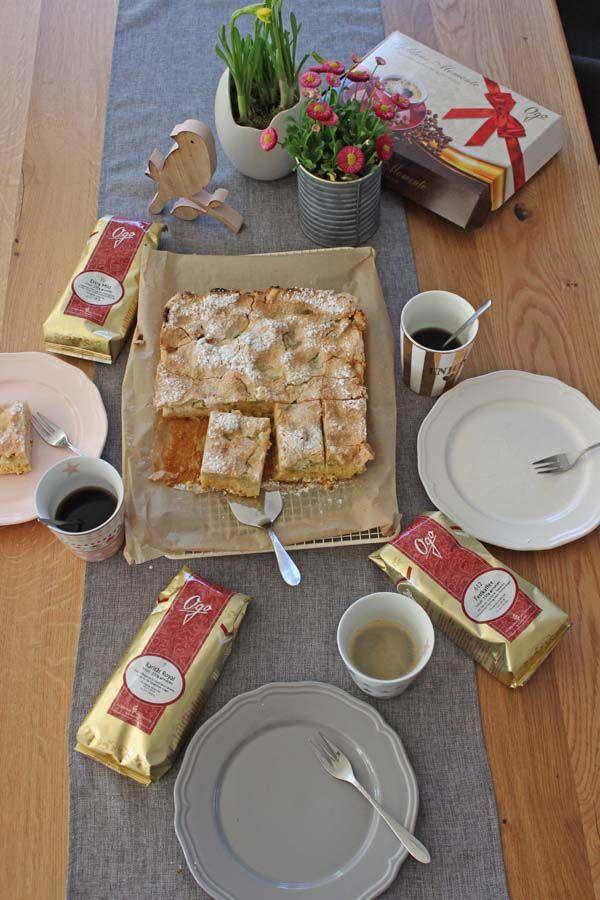 Rhabarberkuchen vom Blech dazu gibt es Kaffee von JUNGBORN