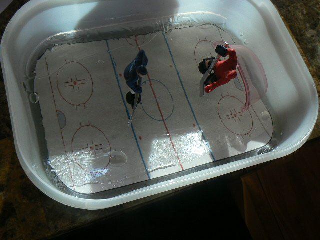 Fabrication d'une patinoire de hockey sur glace olympique pour ensuite y faire jouer des enfants d'âge préscolaire.