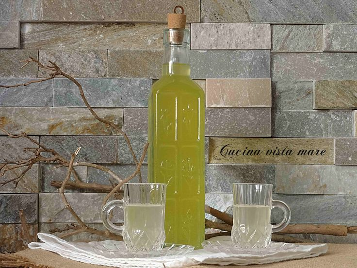 Il liquore amaretto: un gusto dolce, un intenso profumo di mandorle, facilmente replicabile anche a casa perché si prepara per infusione come il limoncello.