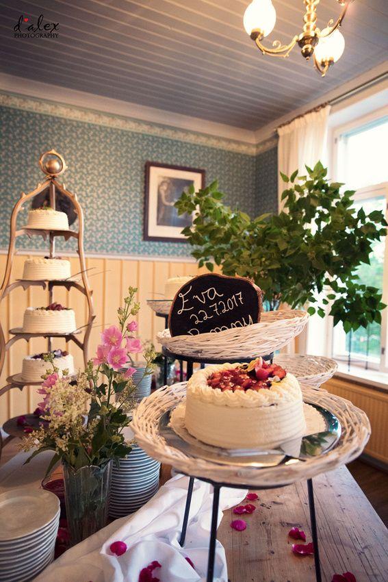 Beautiful summer wedding cake setting #finland #porvoo #summer #wedding #kialamannor #kiialankartano