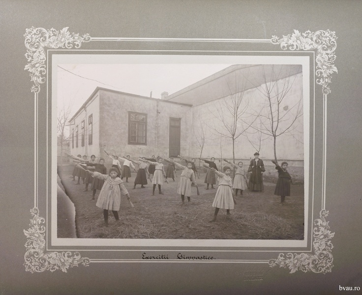 """Şcoala de fete - Exerciţii gimnastice, Galati, Romania, anul 1906, """"http://stone.bvau.ro:8282/greenstone/collect/fotograf/index/assoc/Jdir010.dir/Pag10_Exercitii_gimnastice.jpg"""".  Imagine din colecţiile Bibliotecii Judeţene """"V.A. Urechia"""" Galaţi."""