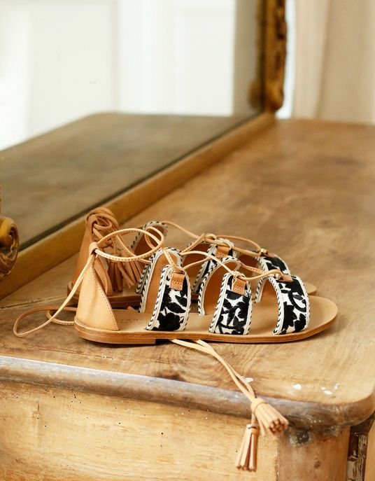 Sandales plates brodées à lacets, Sézane, 130 €.