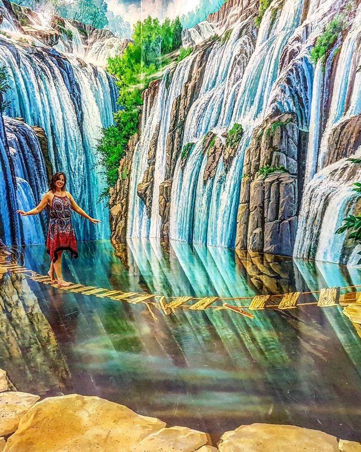 Mais uma da nossa experiência no Art in Paradise em Chiang Mai, na Tailândia. O museu 3D brinca com a ilusão de ótica e diverte mais os adultos do que as crianças.  Também está em Bangkok e Pattaya, cada um deles com pinturas diferentes... Já me deu vontade de ir nos dois.   Clique no post para saber mais detalhes ou acesse www.acamminare.com.
