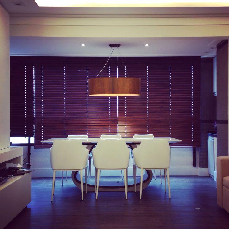 Nossa sala de jantar aconchegante, com bastante madeira, no pendente da  Accord Iluminação, persianas da Santa Rita Cortinas e no detalhe da mesa Quelle da QSPaço. #vnkarquitetura #saladejantar #dinningroom #arquitetura #arquiteturadeinteriores #decor #decoracao #interiores #interiordesign #cozy #design #beautyfull #pendente #mesadejantar #goodideas #home  #iluminacao  #architecturelovers #style #archdaily #composition #loveit #love #Lighting