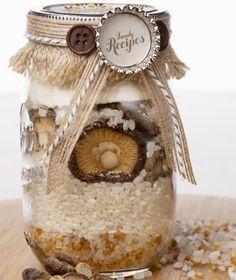 Le ricette in barattolo sono un ottimo regalo di Natale. Torte o dolci di Natale sono ideali come regali da mettere sotto l'albero delle persone a cui volete bene, ma c'è un modo per fare regali graditi impiegando pochissimo tempo. Come? Semplicissimo, con le ricette in barattolo da regalare.