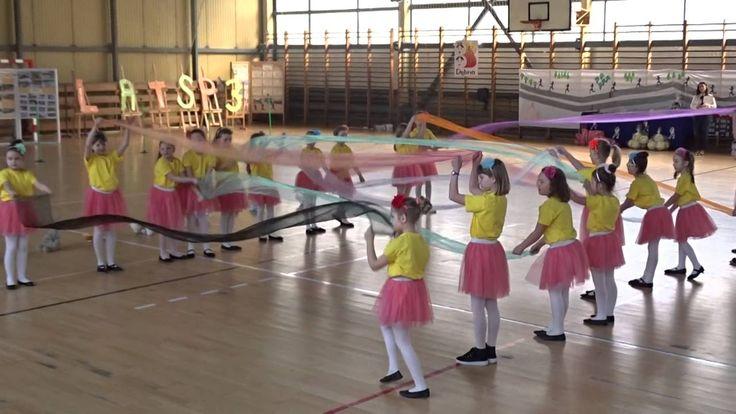 Taniec dzieci z szarfami z SP3 w Dębnie.