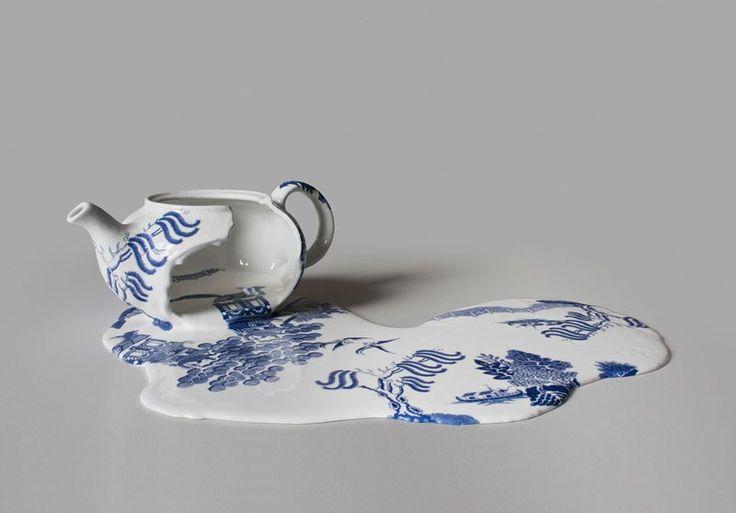 Чайное искусство  Очень часто посуда для кофе или чая превращается в настоящее искусство. А иногда искусство берет в качестве основы для себя предметы из чайного и кофейного мира. Например, художница Ливия Марин (Livia Marin) именно так и сделала, изобразив в керамике чуть расплавленные или подтаявшие чашки, чайники и блюдца.  Выпить настоящего чая или кофе из такой посуды, конечно, не получится, зато она украсит любой интерьер.  Чем-то напоминает работы Сальвадора Дали, не правда ли?  Серия…