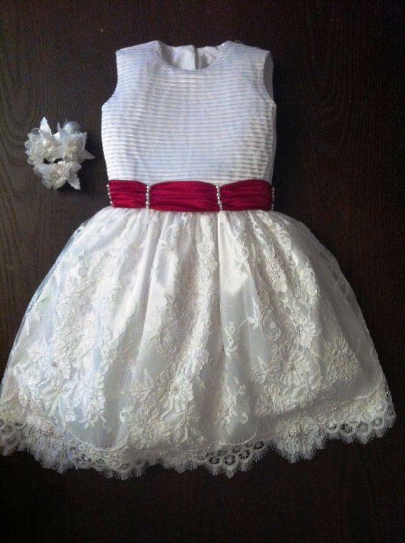 Vestito da cerimonia, bianco con gonna in pizzo, ricamata con perle bianche. Busto in tafetà. Unico, originale per taglia. Prodotto artigianale di…
