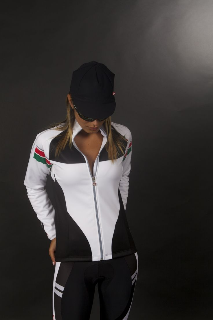 BETA: Jacket in 3-layer Mantoblack fabric, designed and developed in the Moa Sport R&D laboratories. Perfect heat regulation, excellent wind protection with Manto W.R.T. showerproof treatment, which protects from showers and damp. The cut of the garment offers excellent freedom of movement when cycling.
