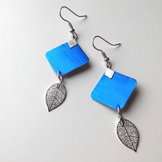 Boucles d'oreilles bleu en capsule de café nespresso avec une feuille filigrane en métal argenté
