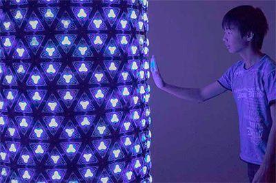坪倉輝明 『七色小道』科学とアートがコラボレーションする、超体感型ミュージアム「魔法の美術館」がさいたまスーパーアリーナにオープン。期間は、2015年7月17日(金)から8月31日(月)までだ。この超...