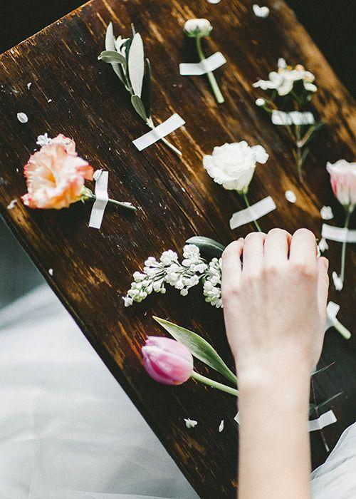 Однажды я, и флорист Оксана Шальнева решили сделать съемку. В то время, как все поголовно снимали утро невесты и декорированные столы с тортами, нам хотелось чего-то другого. Весеннего, природного, художественного... Кирпичные белые стены в качестве фона т
