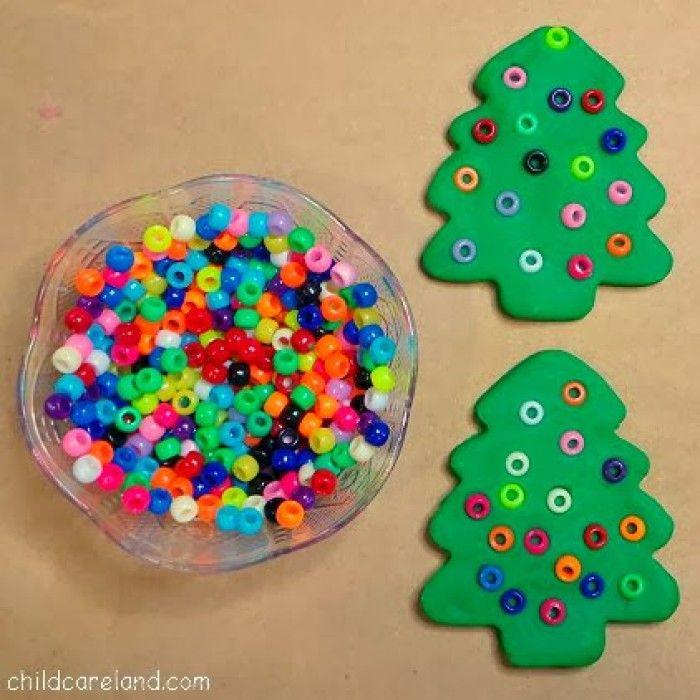Kerstboom met kraaltjes en klei. Kan natuurlijk ook met brooddeeg klei.