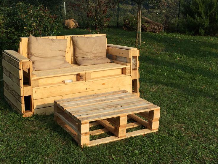 Divanetto due posti da giardino con tavolino, fatto tutto a mano con uso di legno e bancali