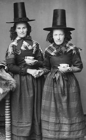 Dwy ferch mewn gwisg Gymreig.  Two women dressed in National costume