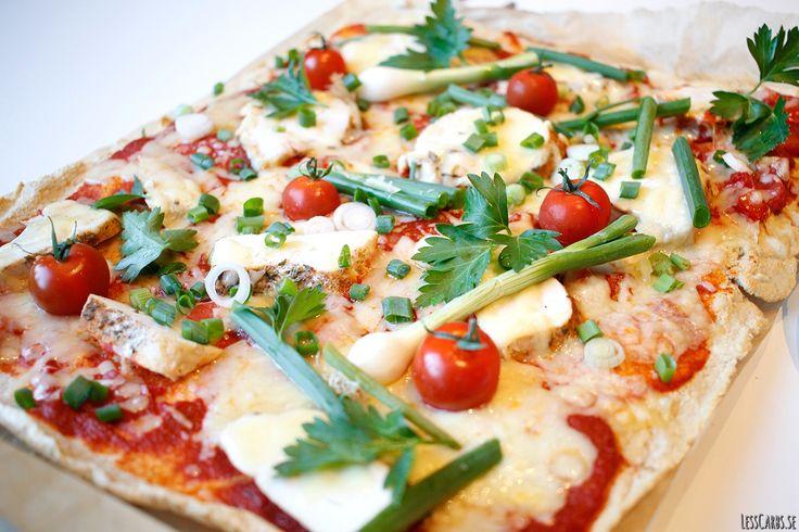 Jag har länge letat efter en LCHF-pizza som smakar pizza. Inte mandelmjöl, kokosnötsmjöl eller liknande. Inte heller blomkål eller andra grönsaker. Nu har jag lyckats. Denna botten blev väldigt bra eftersom den är neutral. Den låter fyllningen komma fram, men är rund och god i smaken.Prova gärna! Ingredienser till en plåt pizza: 2,5 dl pofiber…