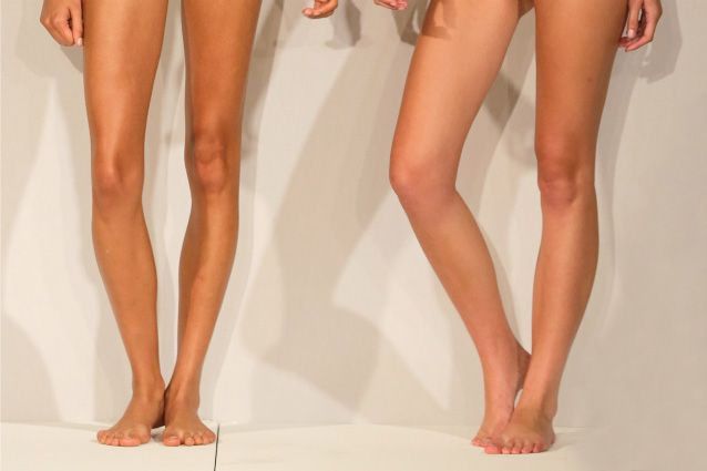 I rimedi naturali per combattere le gambe gonfie, dal tè verde ai massaggi