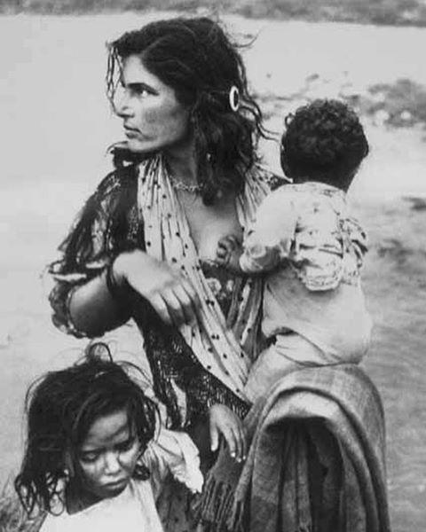 nomadic Romani mama & babes photographed by Mateo Maksimova, 1959