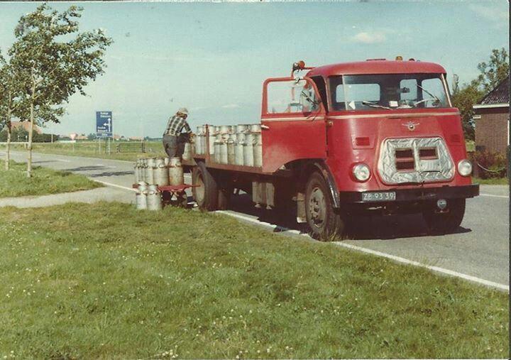 DAF ZB-93-39 Laden van melkbussen langs de weg .