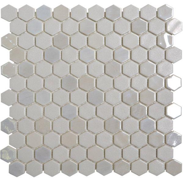 Indret køkkenet, badeværelset eller endda stuen med denne smukke glasmosaik. Kube Hvid Mix er en blanding af højglaseret og glitrende mosaikker.