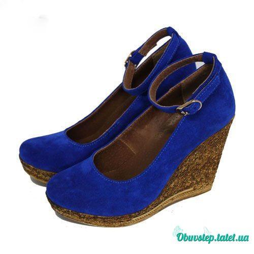Замшевые туфли на танкетке с ремешком цвета электрик