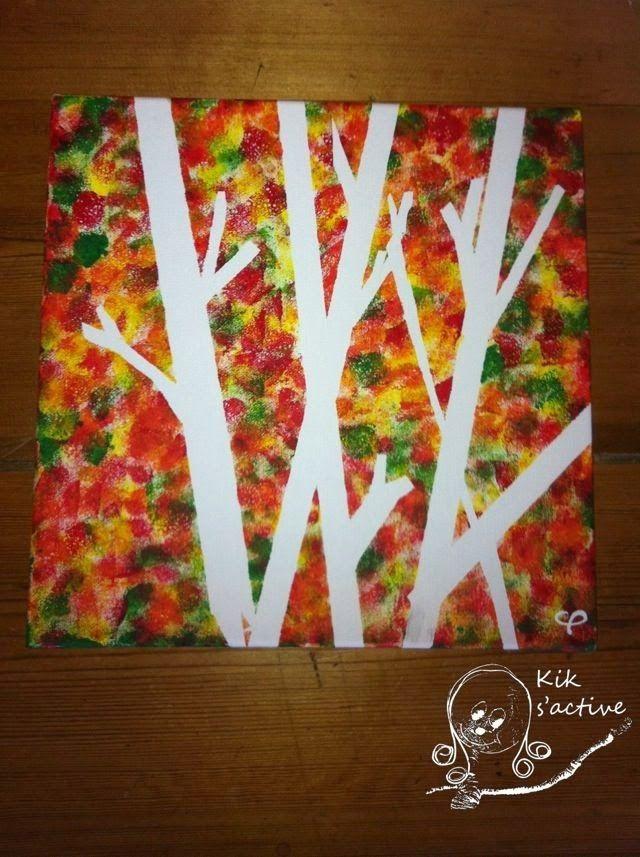 Beplak papier met schilders tape in boomvorm.  Tamponeer de rest met herfstkleuren.  Haal de tape weg.