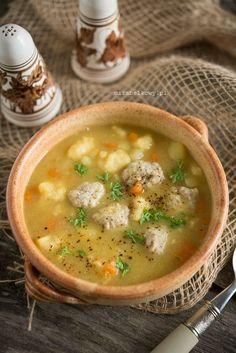 Bardzo smaczna zupa idealna na jesienno-zimową niepogodę. Ponieważ prócz warzyw zawiera także mięsne pulpety i delikatne kluseczki, z powodz...