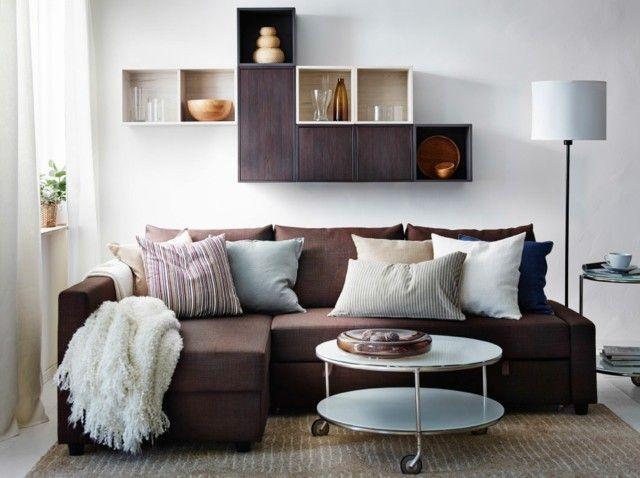 sala de estar pequeña con sofa marron y estanterias