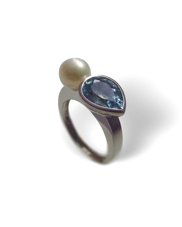 bague or blanc 750millième topaze bleue traitee en taille poire perle de culture, diamètre : 8.2mm poids total : 8,4 grs taille de doigt : 56 Possibilité de mise à taille du 53 au 59 Forfait mise à taille : 19 €