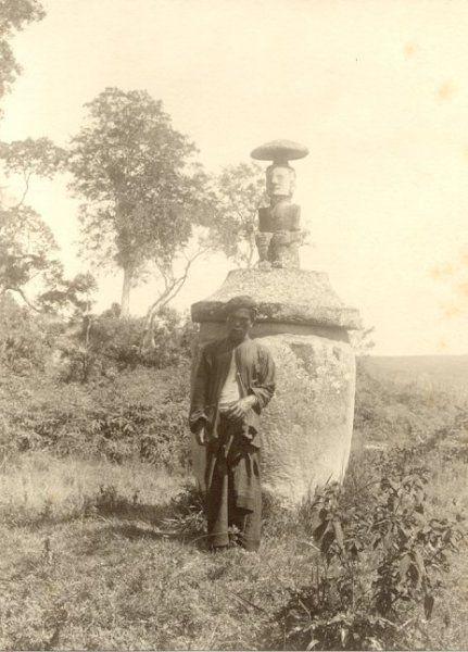 Batakker voor een grote aardewerken urn met een beeld op het deksel, Sumatra, Indonesië (1904)