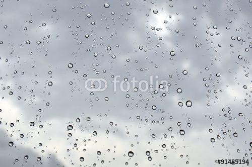 gocce di pioggia sulla finestra e cielo nuvoloso